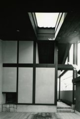 車庫部分 右奥の開口部は老夫婦玄関へのアプローチ